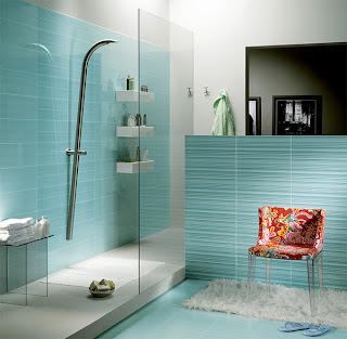 Banheiro decorado com azulejo azul na horizontal
