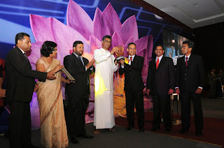 The Country Manager for Coca-Cola Beverages Sri Lanka recieving the award
