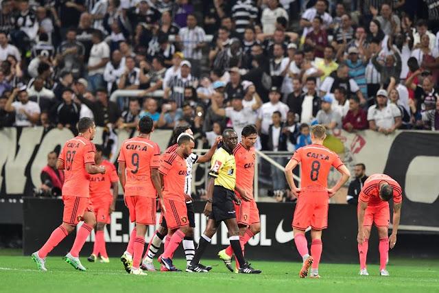 """A equipe do Sport reclamou muito do pênalti marcado após toque de mão """"inevitável"""" de Rithely (Foto: Fernando Dantas/Gazeta Press)"""