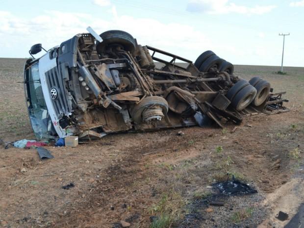 Impacto foi tão forte que o caminhão tombou e deslizou para fora da pista (Foto: Wesley Santos/Blog Sigi Vilares)