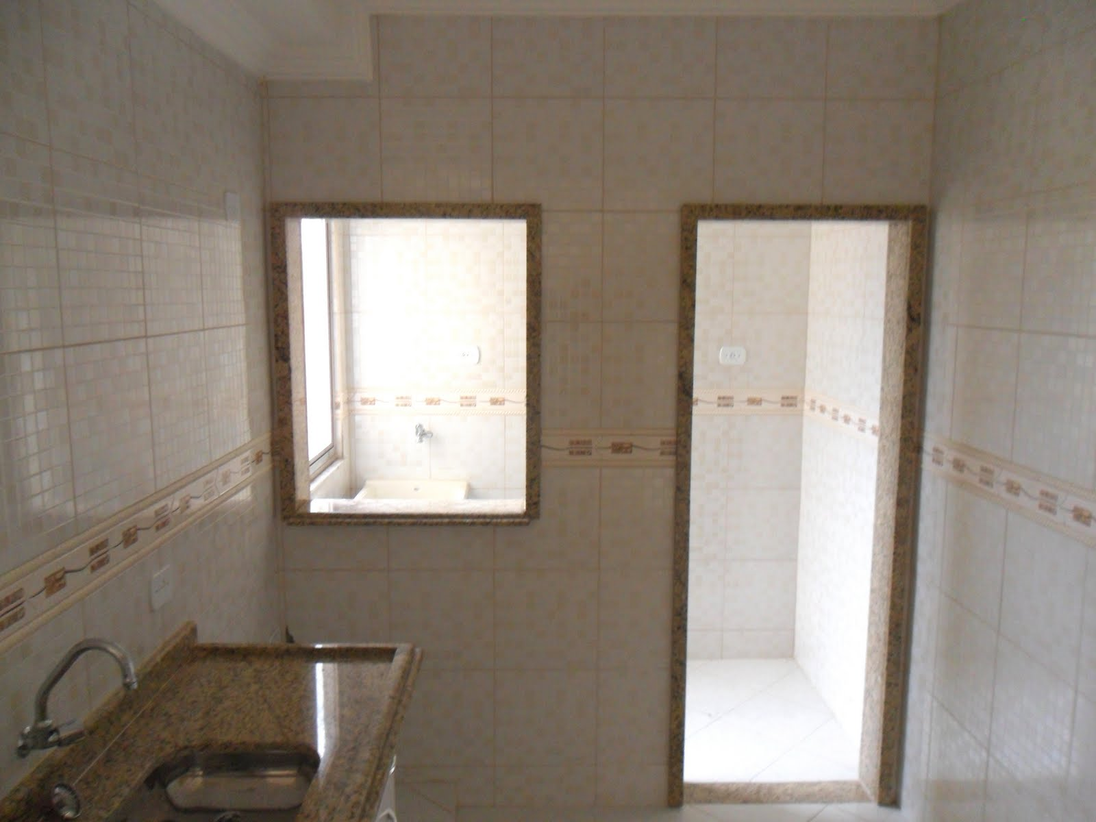sala ampla com rebaixamento em gesso banheiro com box BLINDEX  #453828 1600 1200