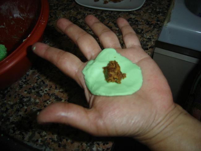 Rellenamos un poco de la masa con el azucar de palma