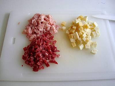Torta Angelica salata: tagliare a dadini prosciutto, salame e formaggio