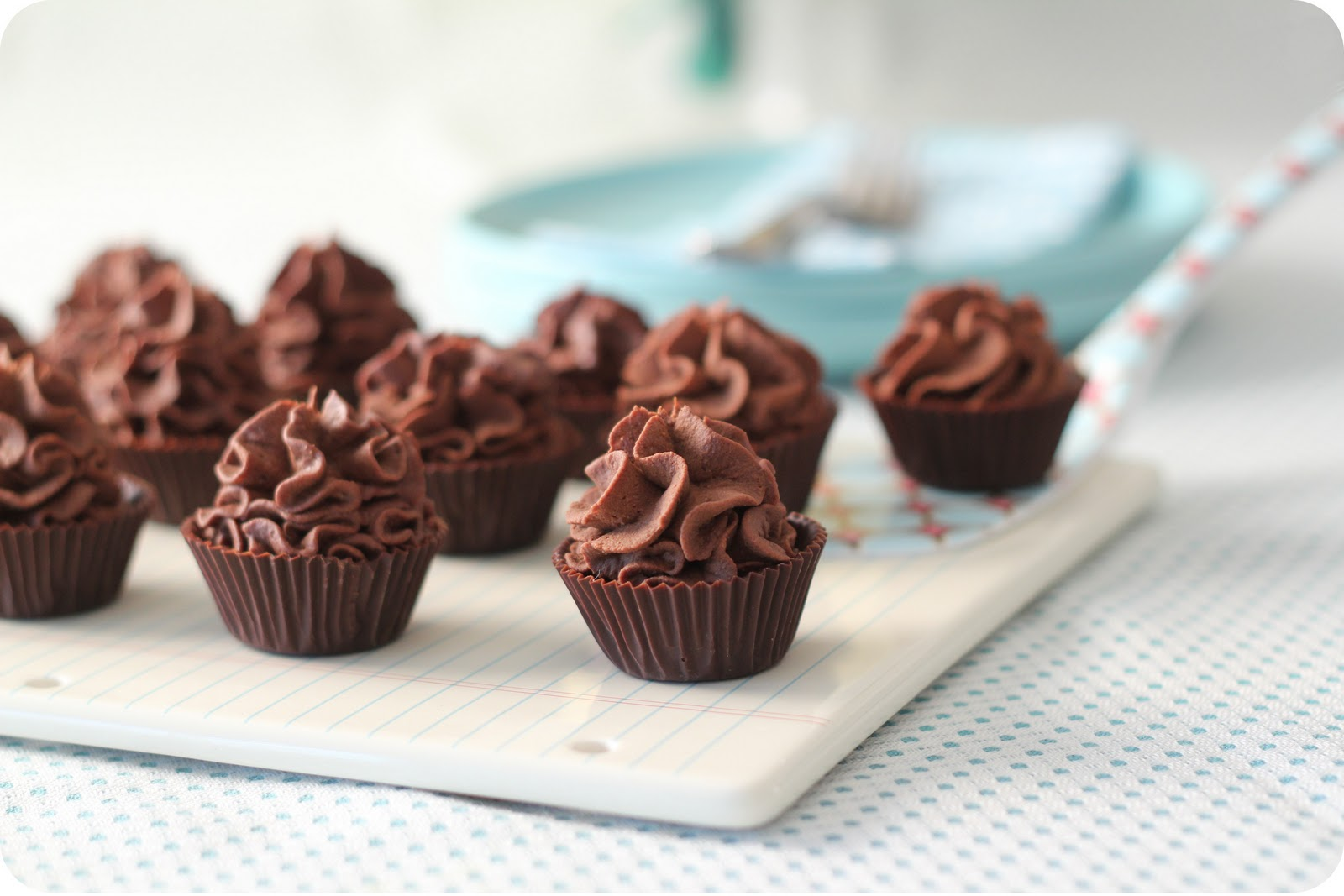Dulce Delight: Chocolate mousse inside chocolate cups