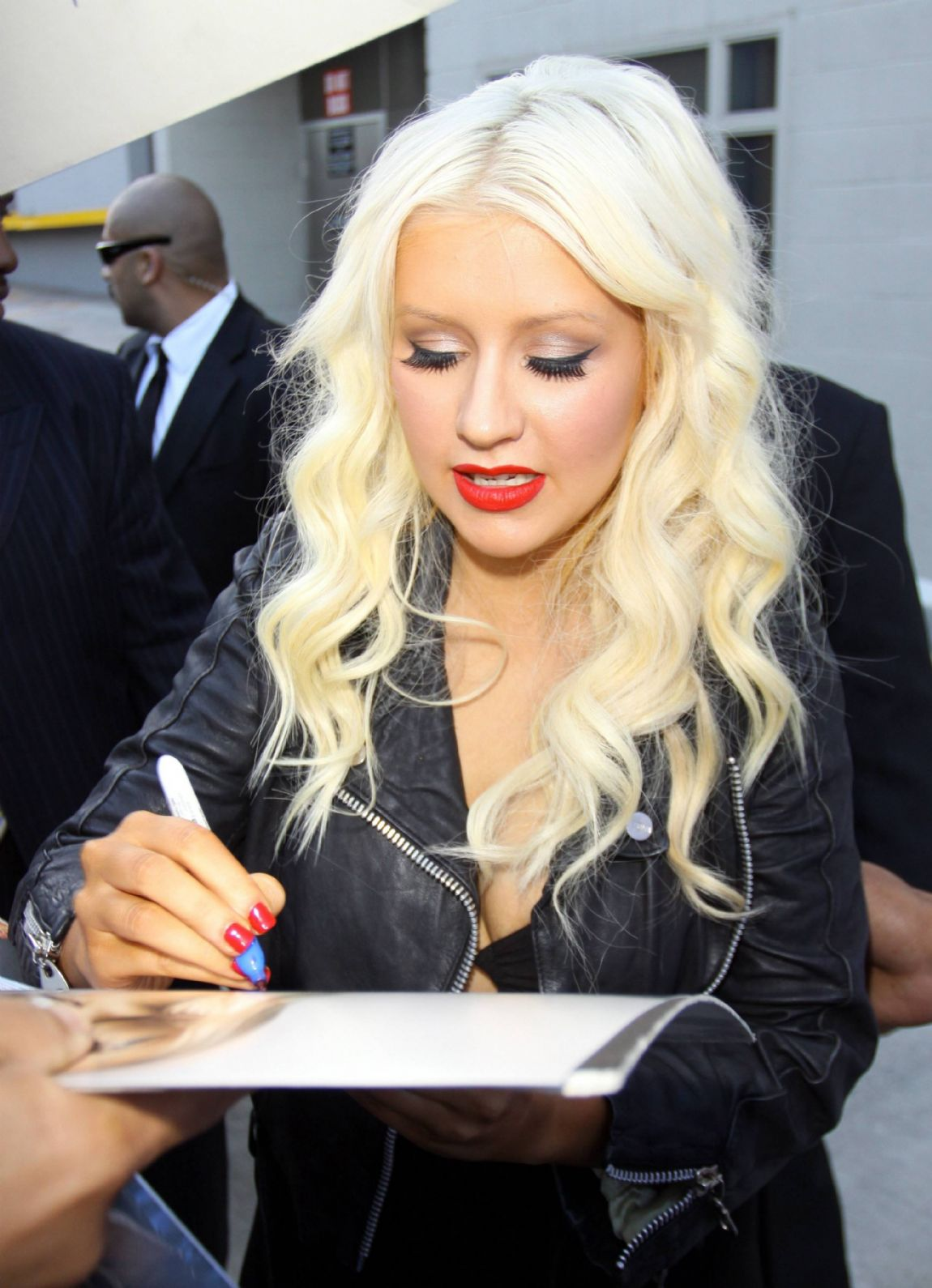http://2.bp.blogspot.com/-X3zXy_4IHM0/TeZn4ljkKZI/AAAAAAAAKcs/FYVTQB-U7WA/s1600/Singer+Christina+Aguilera+giving+autographs+in+public+2011+%25282%2529.jpg