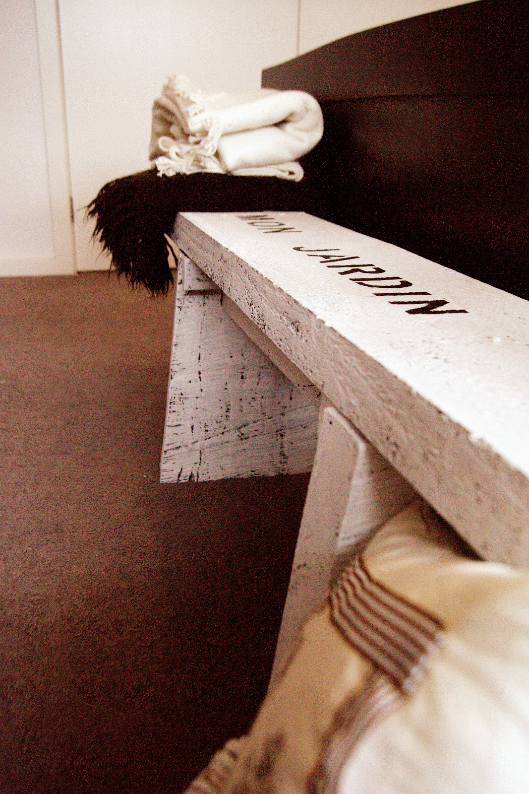 La maison jolie bed bench recycle re purpose reuse for Rustic simplicity