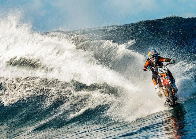 Pria ini Modifikasi Motornya Agar Bisa Berlari Menyusuri Laut dan Berselancar