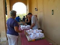 Preparant l'esmorzar sota la galeria de Can Rabassa