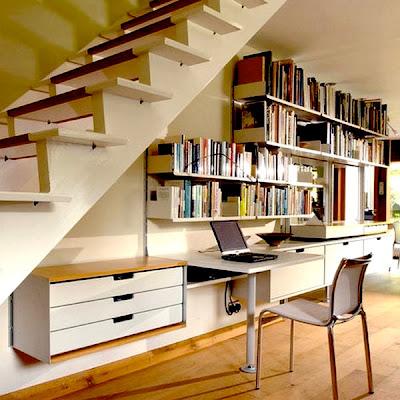 librería bajo la escalera