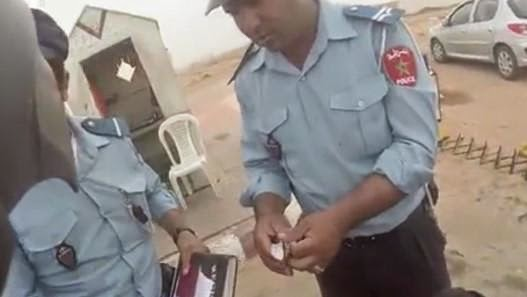 الحبس لشرطيين تسوّلا هدايا من سائح إسباني بطانطان