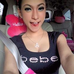 Foto Cewek Selfie di Mobil