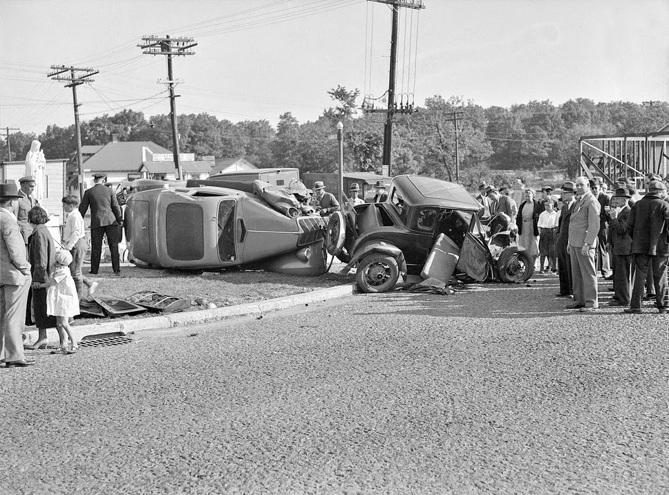 History in Photos: Vintage Car Wrecks