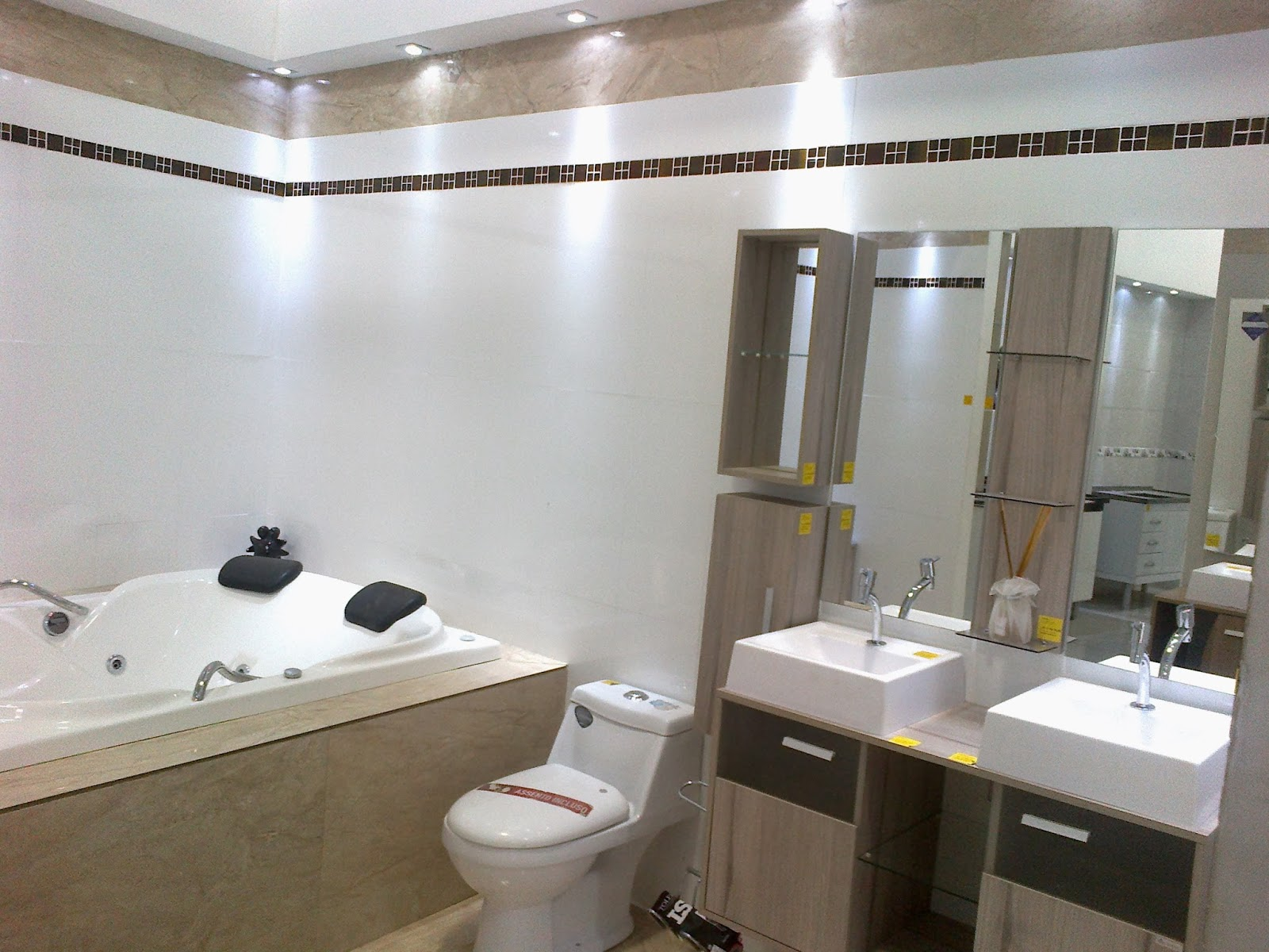 Tá ai o banheiro pronto ou melhor quase pronto rsrsrs #5F5040 1600x1200 Banheiro Com Porcelanato Via Rosa