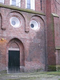 verborgen gezicht in gebouw
