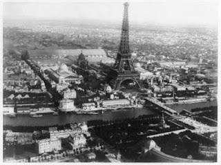 В 1858 году была сделана первая в мире аэрофотосъемка во главе с французским изобретателем Турначе, который снял Париж с воздушного шара.
