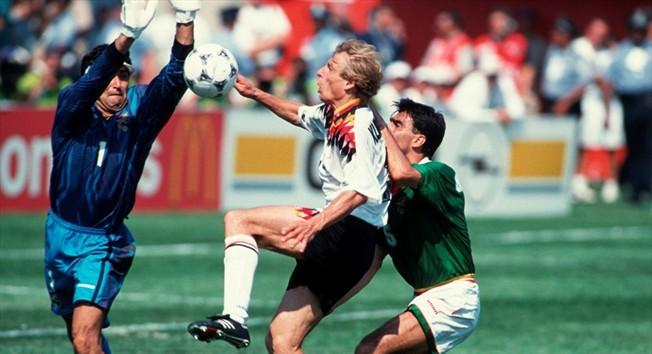 Jürgen Klinsmann disputa un balón a dos jugadores bolivianos en el partido inaugural de USA 94