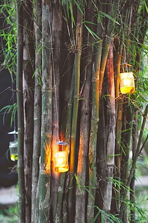 Lampu-lampu kecil yang digunakan untuk menguatkan suasana romantis dalam pernikahan yang diselenggarakan pada malam hari.