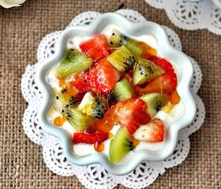 Йогуртовый десерт с фруктами.