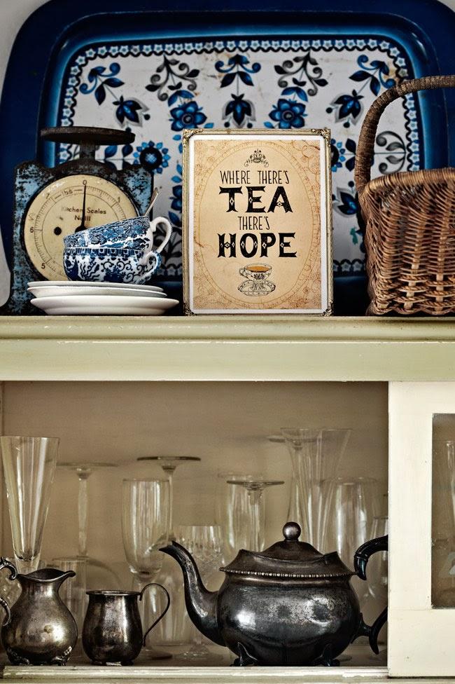 Rustykalne naczynia w kuchennej szafce, metalowy dekoracyjny czajniczek