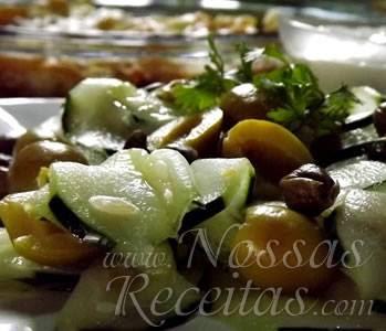 deliciosa salada de pepino e molho rápido de queijo