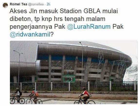 Warga Protes Pengerjaan Jalan Akses Stadion GBLA Malam Hari