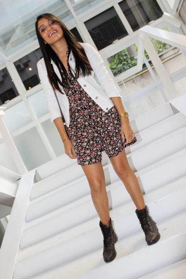 vestido florido, jaqueta branca, jaqueta jeans com vestido, vestido com coturno, estilo rocker, look rocker