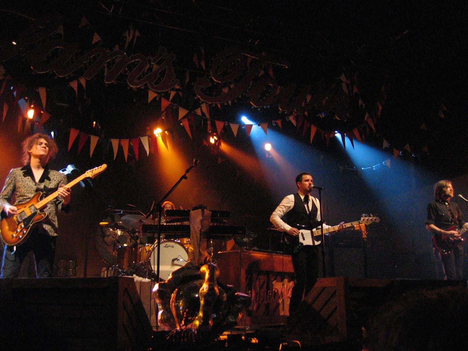 http://2.bp.blogspot.com/-X9laTIlTQdk/T1CmAa4xHcI/AAAAAAAAAgA/7BdOUiN-foQ/s1600/The_Killers_in_concert.jpg