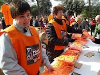 Col·laboradores entregant les samarretes com a obsequi de la caminada
