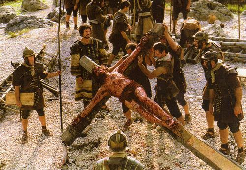 Jesús es levantado clavado a la cruz