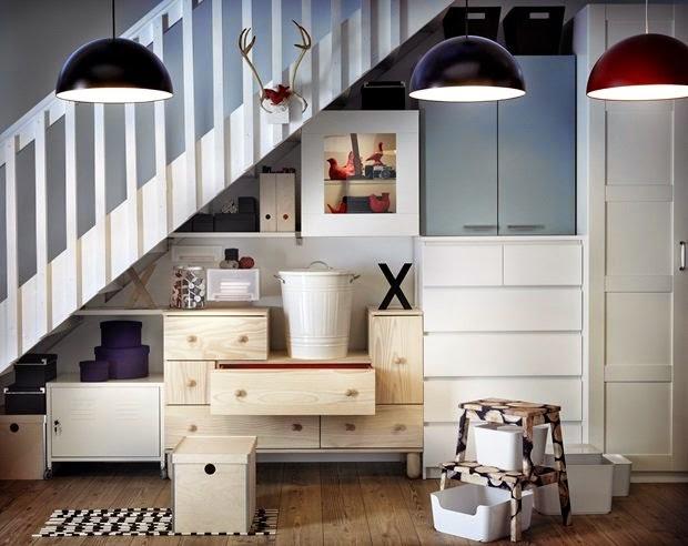 el hueco de la escalera bien aprovechado con muebles de ikea