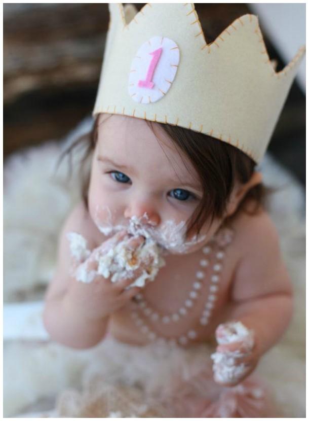 "Menina com coroa, se lambuzando em seu ""smash the cake"""