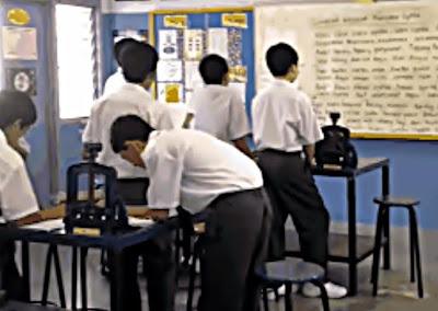 berdiri dalam kelas