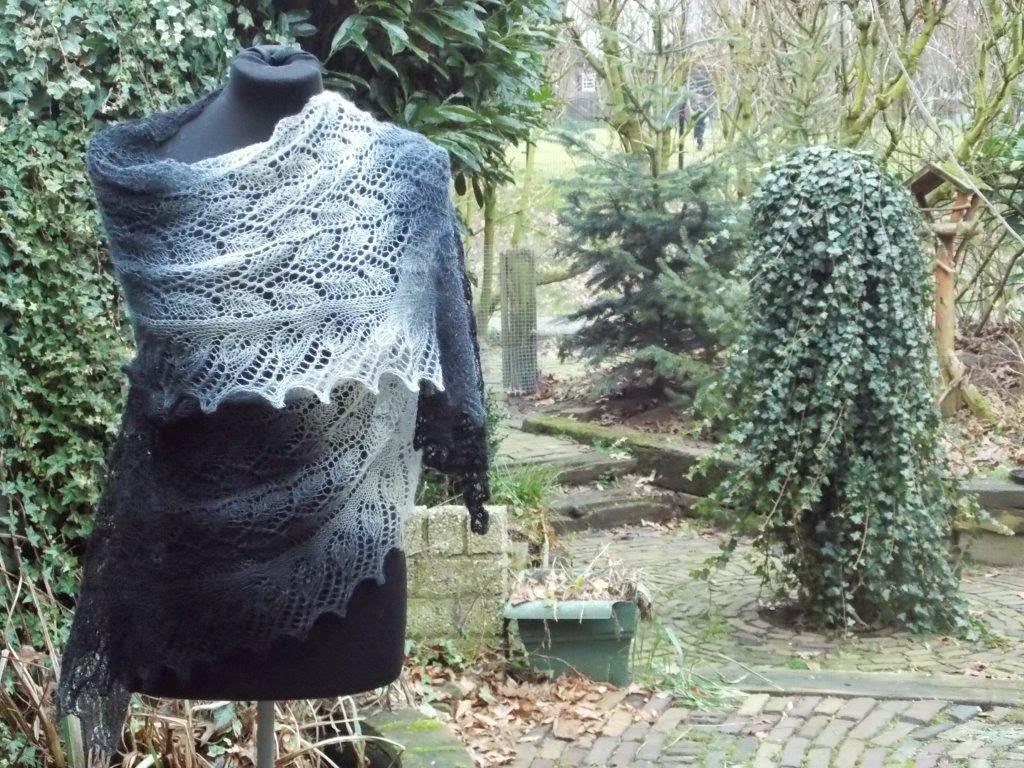 TE KOOP: grijs/ zwarte/lichte shawl.