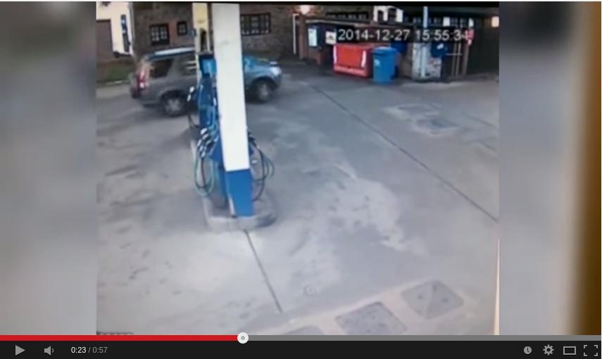 Μια ξανθιά σε βενζινάδικο