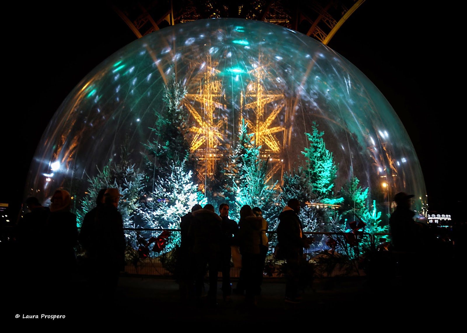 tour eiffel e sua bola de neve © Laura Prospero - illuminations Pierre Bideau