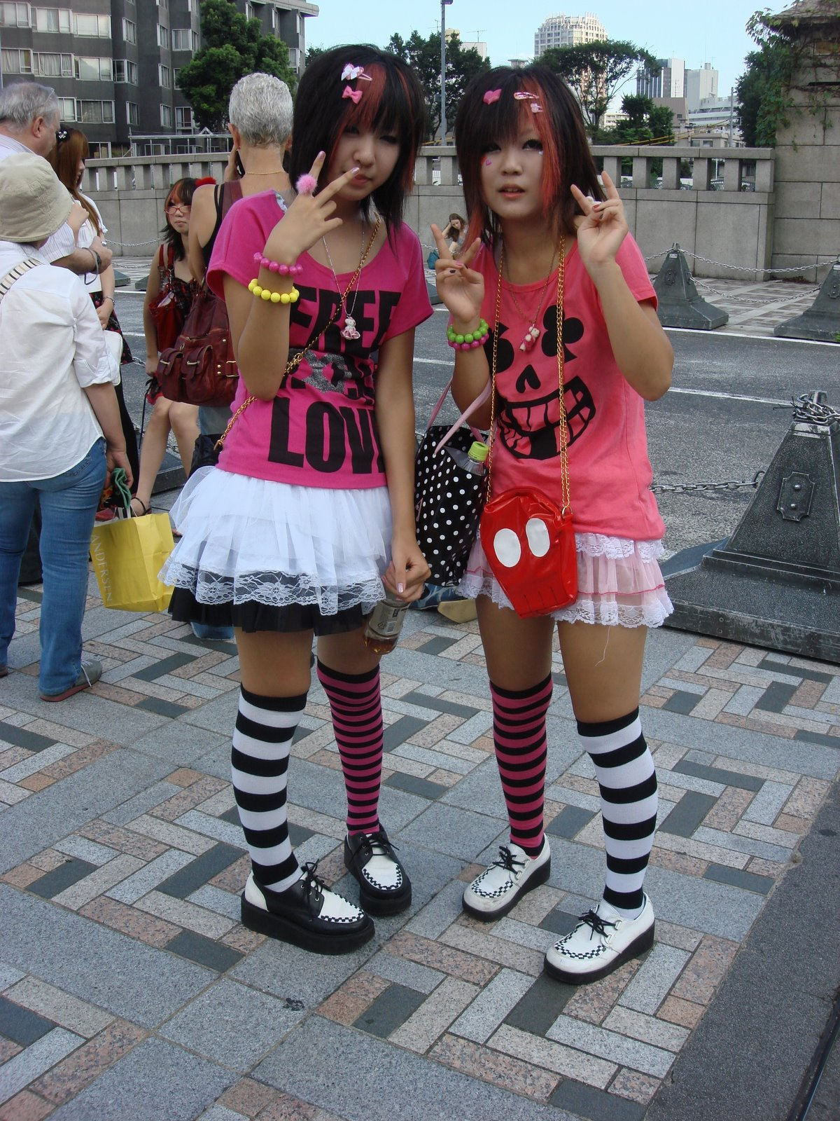 The styles vary anywhere from goth, Visual Kei , cosplay, decora, punk ...