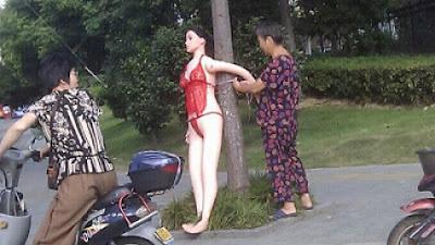 Di Cina Boneka Seks Jadi Rambu Lalu Lintas