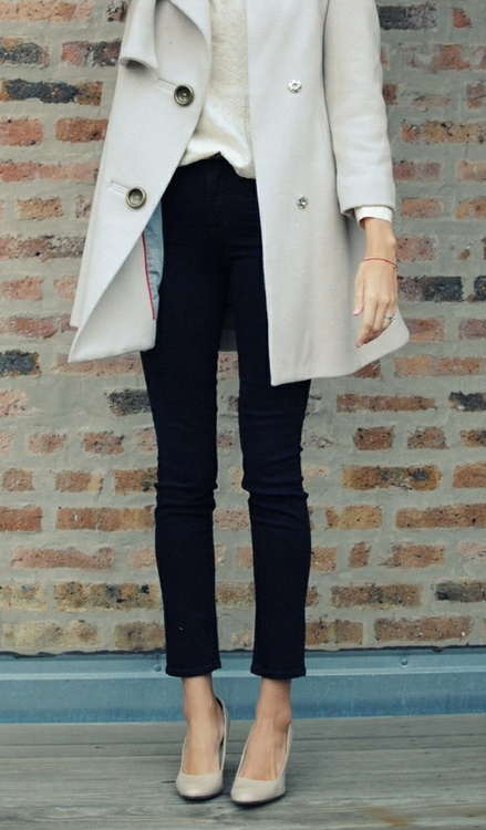 Light grey long jacket, black pants and high heels for fall