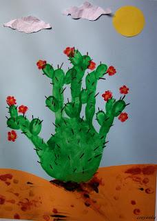 kwitnący kaktus z odciśniętej na papierze dłoni