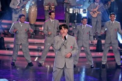 Leonard del Grupo América cantando