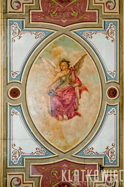 Gniezno. Malowidło z aniołem na suficie klatki schodowej.