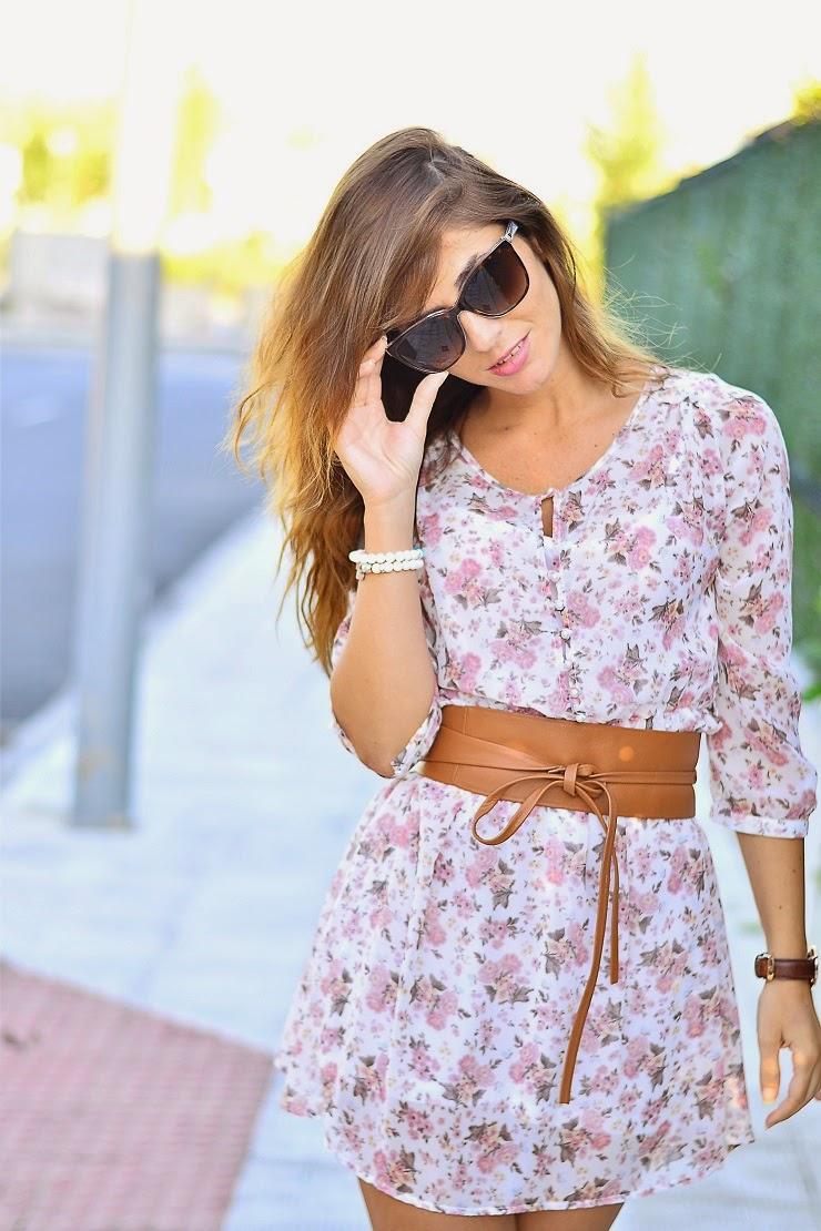 Cómo combinar un vestido de flores