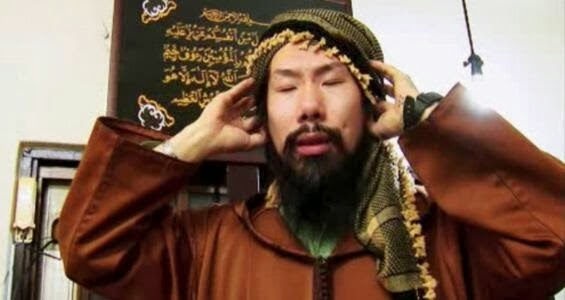 Taki Takazawa saat mengumandangkan azan