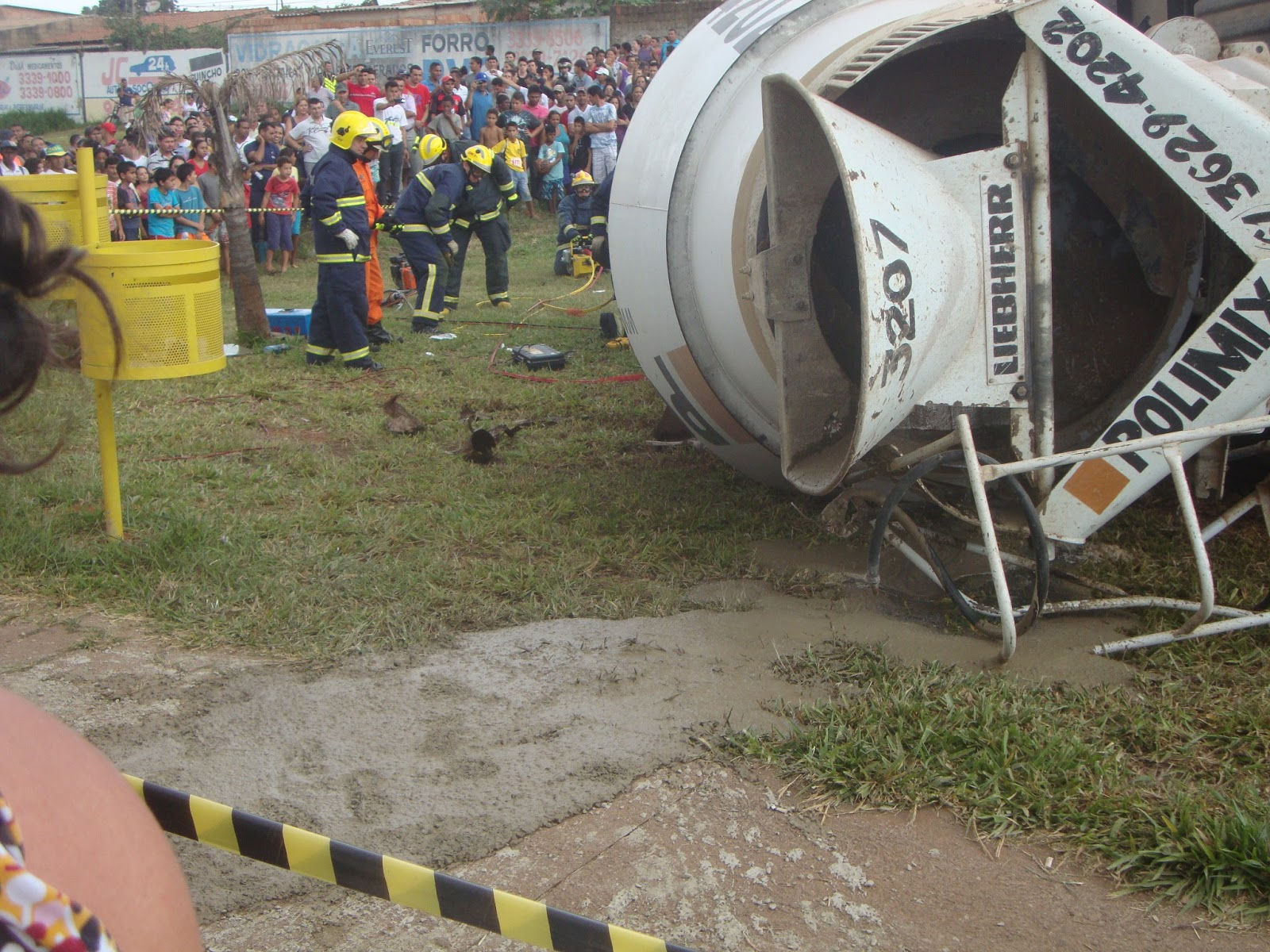 Caminhão tomba após bater em três carros em acidente na Avenida São Sebastião