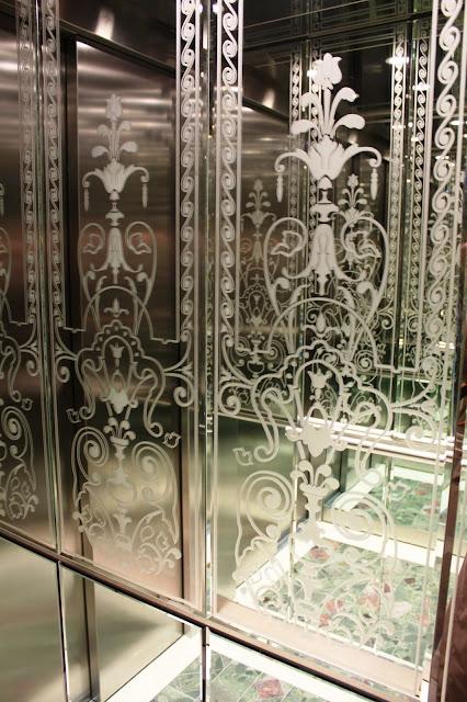 Ein Aufzug mit Spiegelintarsien. Toll! © Copyright Monika Fuchs, TravelWorldOnline