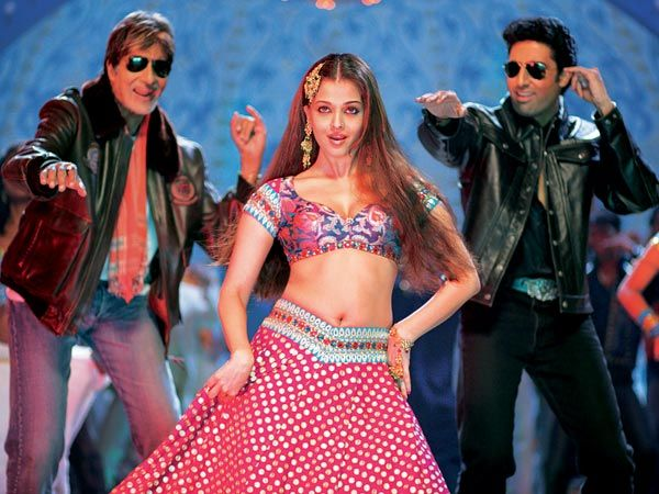 Aishwarya Rai is dancing with amitabh bachchan abhishek bachchan