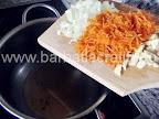 Ciorba de salata verde cu smantana preparare reteta - punem la calit ceapa, morcovul si usturoiul tocate