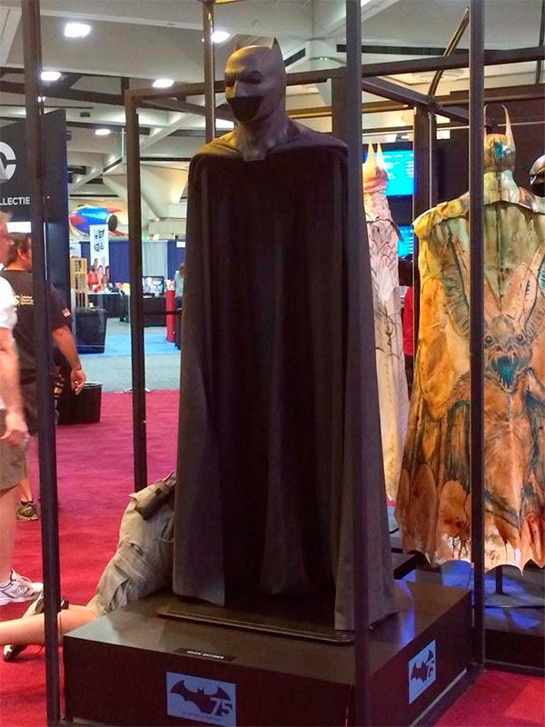 Capa y capucha del traje que Ben Affleck llevara en Batman V Superman: Dawn of Justice