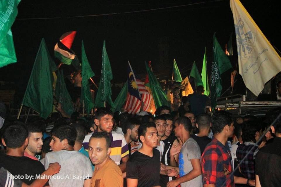 Bendera Malaysia berkibar megah bersama bendera HAMAS di tengah ribuan rakyat Gaza yang keluar meraikan kemenangan HAMAS
