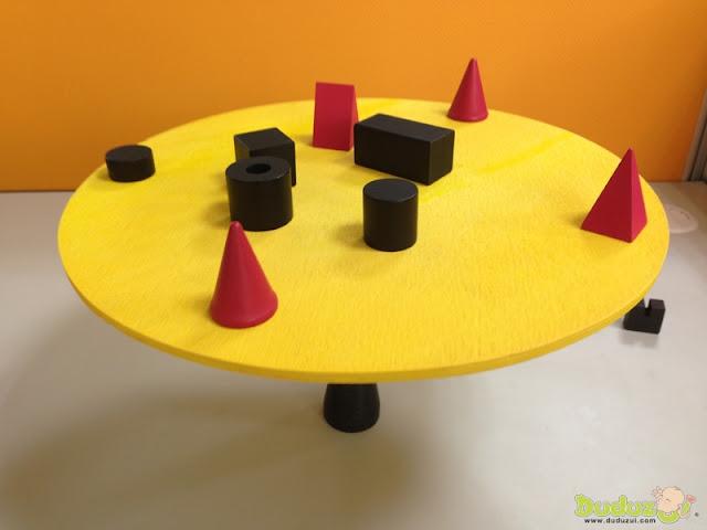 為了避免遊戲盤強烈的搖晃,拿取積木的動作必須十分謹慎小心
